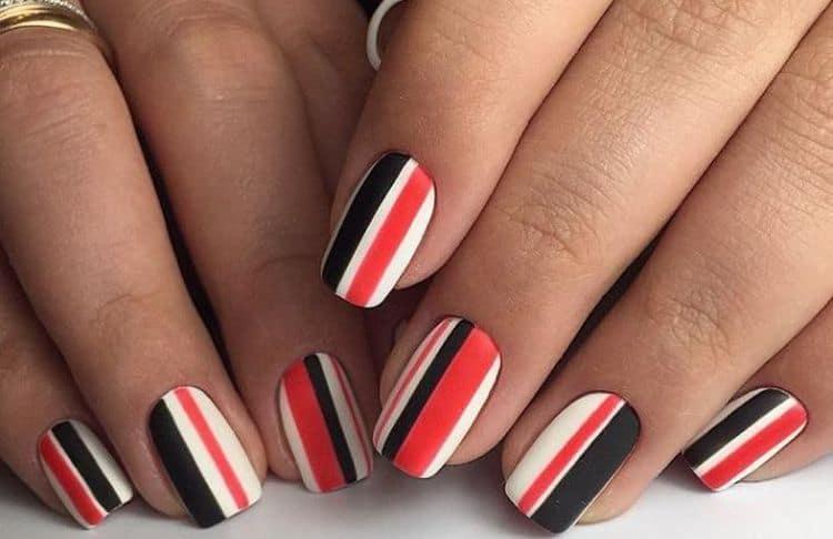 Полоски на ногтях тоже очень популярны и универсальны.