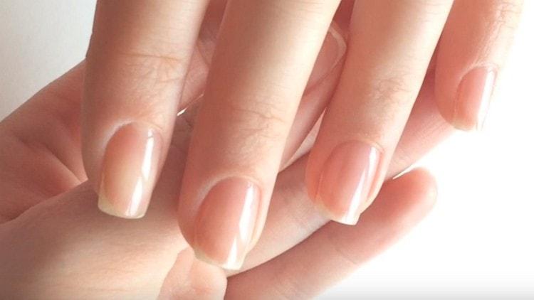 Сначала покрываем ногти базовым лаком.