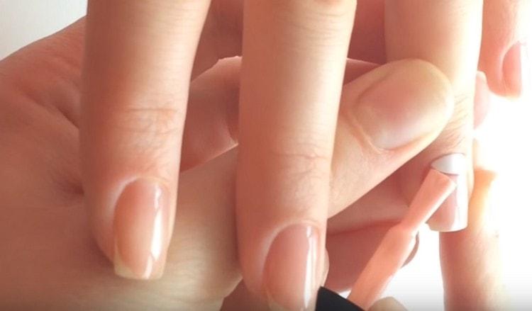 Толстой кистью закрашиваем остальное место на ногте.