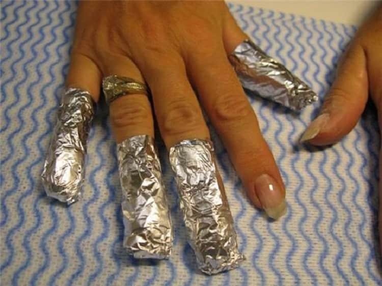 Посмотрите видео о том, как снять наращенные ногти в домашних условиях.