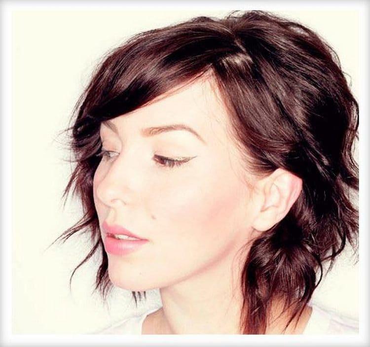 праздничные прически на короткие волосы можно сделать при помощи фена, утюжка и лаков.