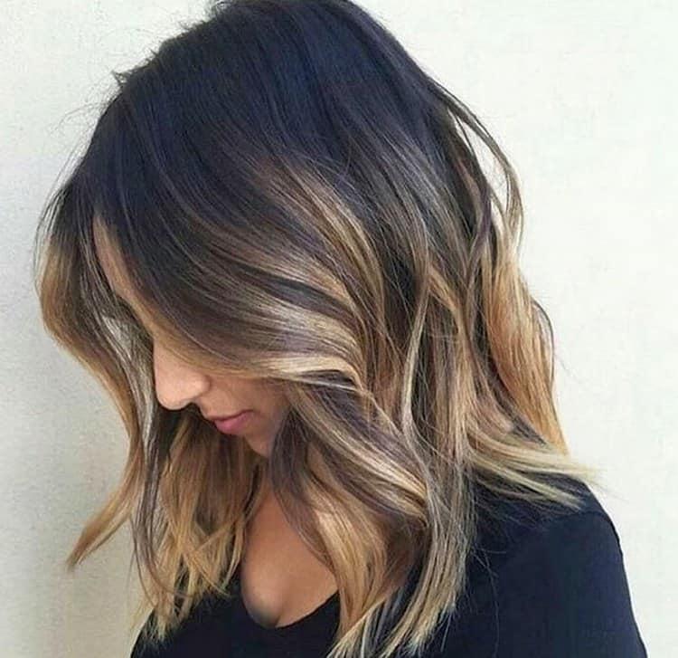 На темных волосах эффект от такого окрашивания получается очень стильным.