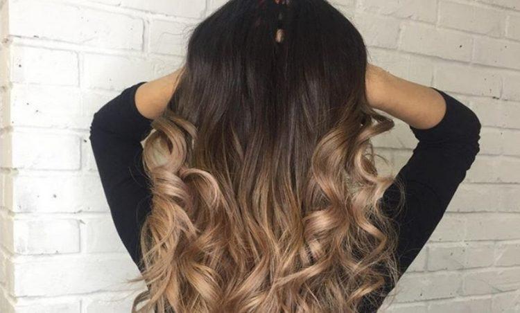 Посмотрите фото стильного калифорнийского мелирования на русые волосы.