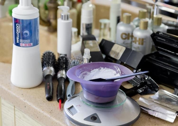 Для проведения процедуры подготовьте краски, заколки, перчатки, расчески, фольгу.