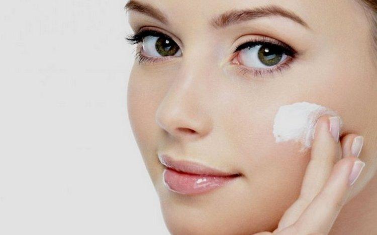 После процедуры важно соблюдать рекомендации косметолога, пользоваться увлажняющим кремом.