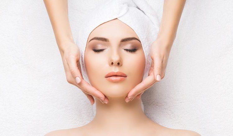 Перед процедурой специалист распарит лицо, сделает легкий массаж.