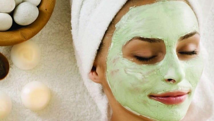 В конце процедуры на лицо обычно наносят успокаивающие маски для сужения пор.