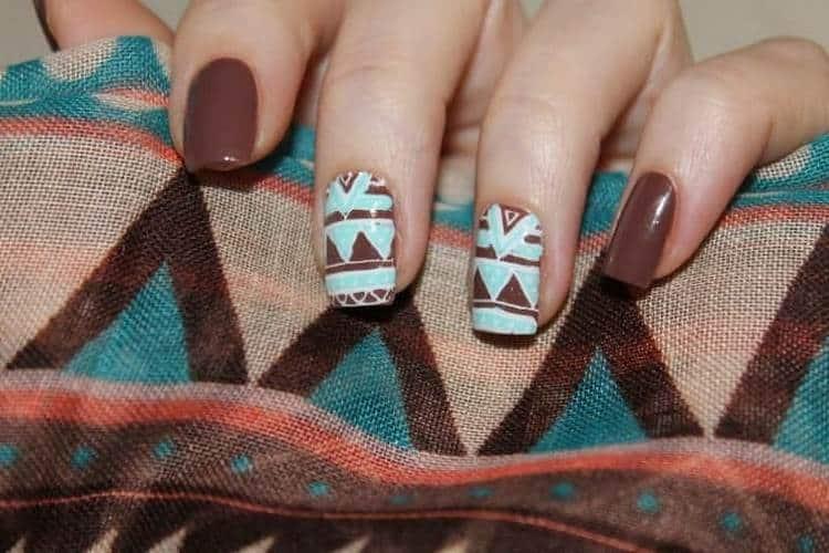 Бирюзовые узоры на коричневых ногтях точно привлекут к вам внимание.