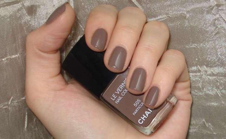 Маникюр в коричневых тонах подходит на короткие ногти.