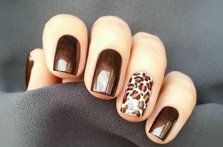 Для коричневого цвета на ногтях актуален анималистический дизайн.