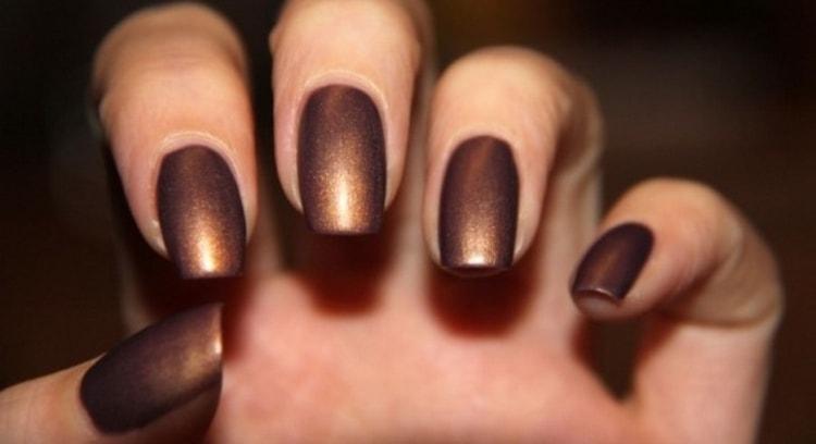 Шоколадные оттенки в маникюре и сами по себе красивые, их не обязательно украшать.