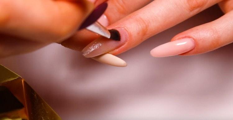 Коррекция наращенных ногтей может проводиться и на типсах.