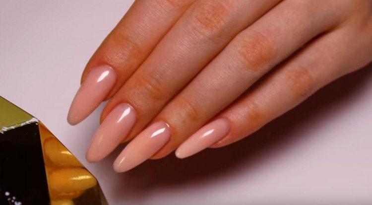 Посмотрите также видео о том, как делать коррекцию наращенных ногтей гелем.