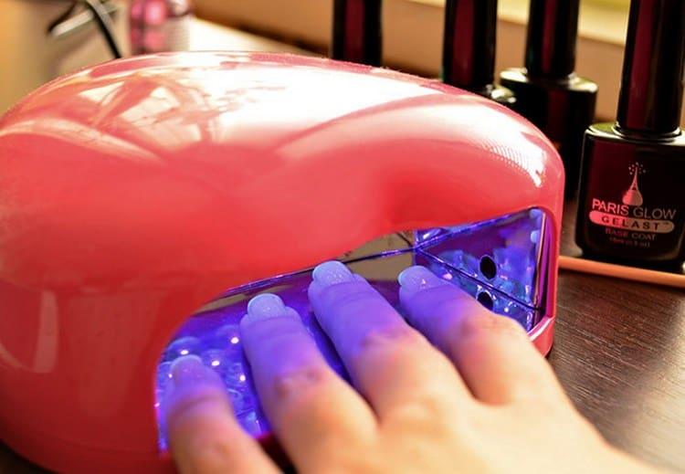 Сушим ногти в УФ-лампе.