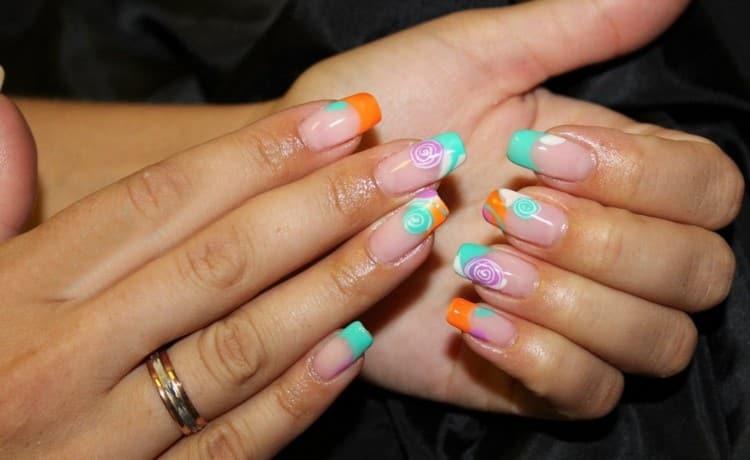 В конце ногти можно покрыть либо таким же, либо другим лаком.