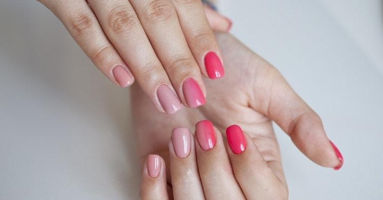 Посмотрите фото дизайна красивых розовых ногтей.