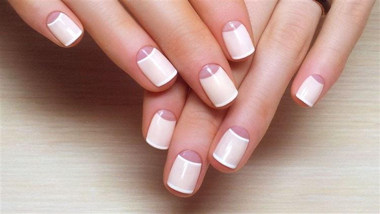 Самый простой и красивый дизайн ногтей это аккуратный лунный маникюр.