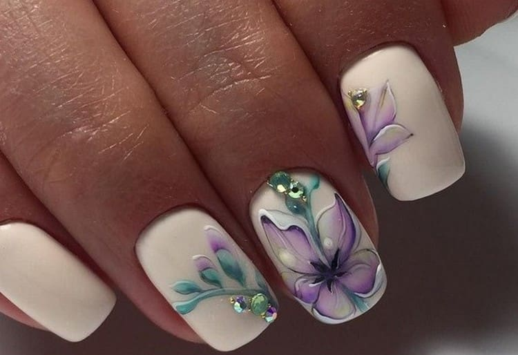 очень стильно выглядит цветок на нескольких ногтях.