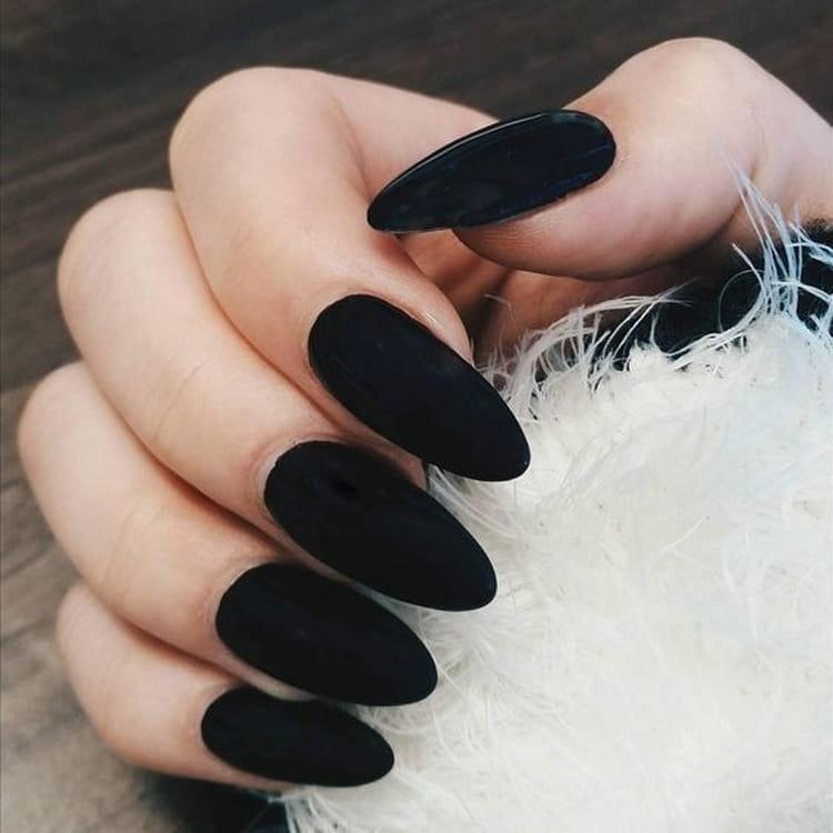 Черный бархатный цвет на ногтях выглядит просто роскошно.