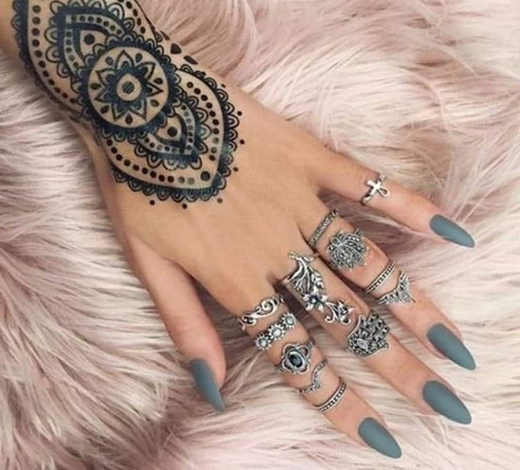 такой маникюр можно органично дополнить кольцами на пальцах, а также росписью хной на руке.