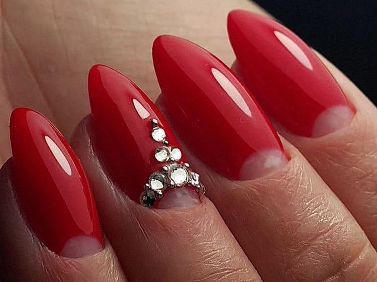 А вот фото красивого дизайна ногтей со стразами.