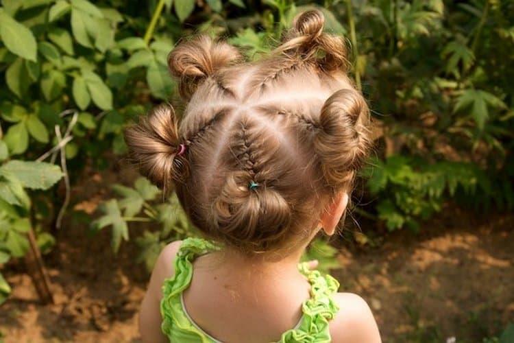 Такую легкую прическу можно сделать для маленькой девочки.