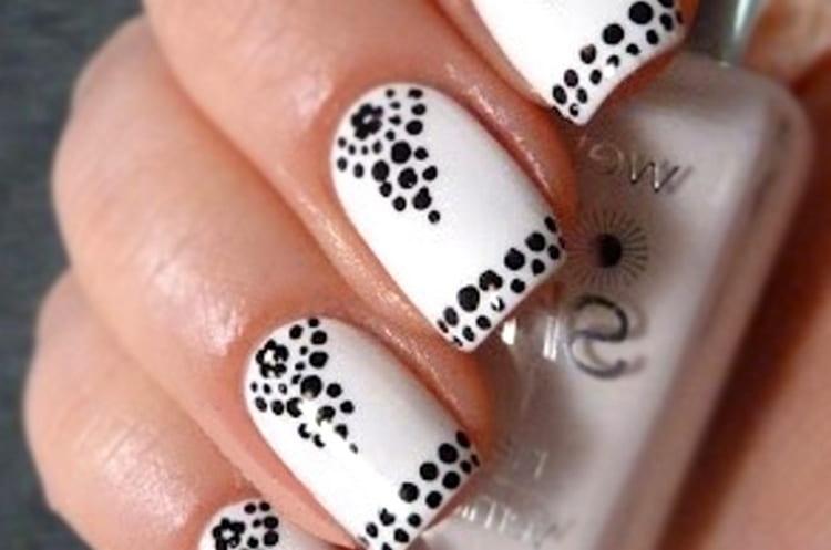Посмотрите у нас также видео о легких дизайнах ногтей.