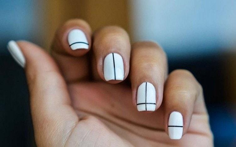 А фото легкого дизайна ногтей на море.