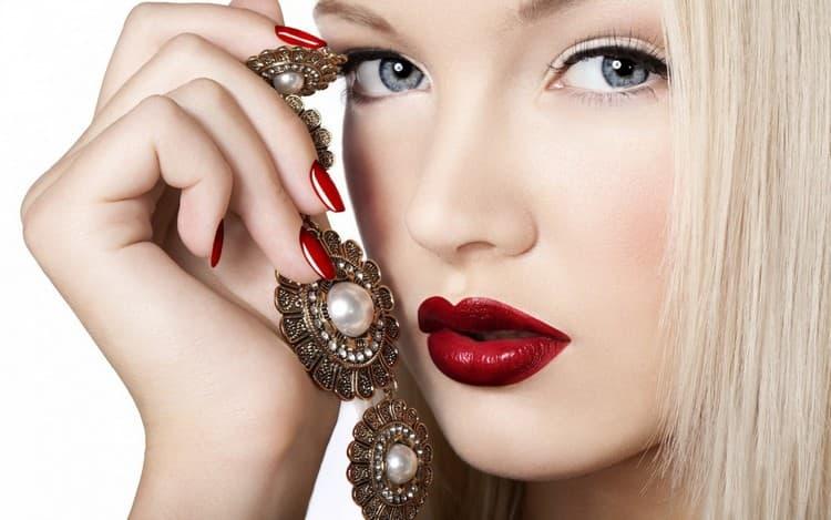 Не забывайте, что маникюр должен сочетаться либо с нарядом, либо с аксессуарами, либо с макияжем.