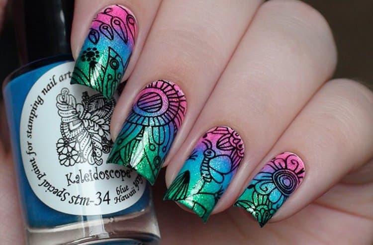 Поверх градиента на ногти можно нанести рисунок либо наклеить наклейки.