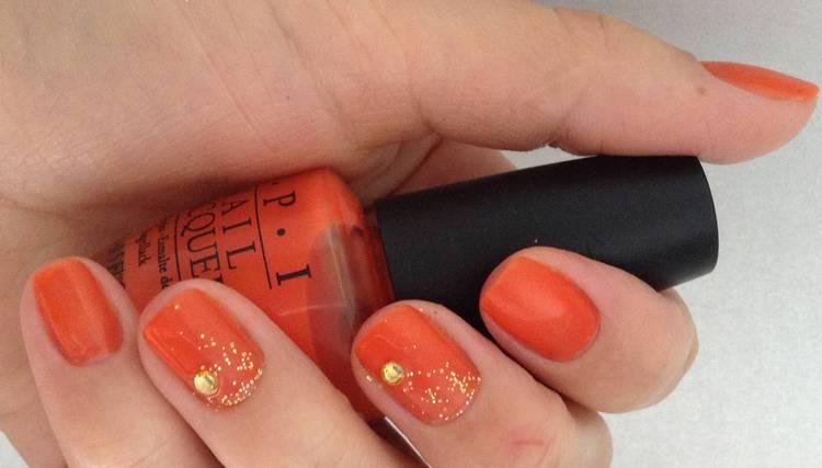 именно летом можно обратиться к оранжевому цвету в дизайне ногтей.