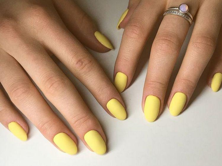 Солнечный желтый лак очень уместен для такого маникюра.
