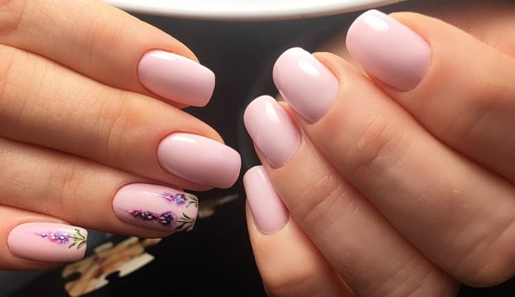 А вот нежнейшие рисунки на ногтях бледно-розового цвета.