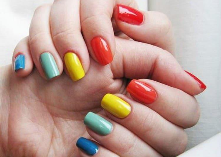 Можно даже каждый ноготь накрасить лаком другого цвета.