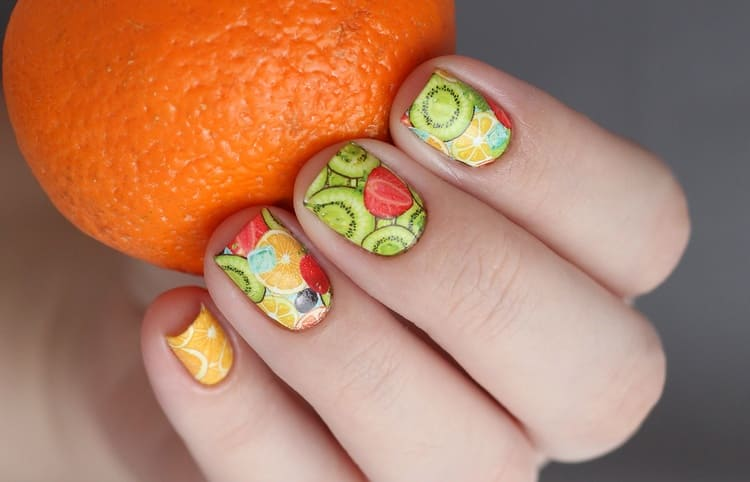 Тропические фрукты на ногтях порадуют окружающих и вас тоже.