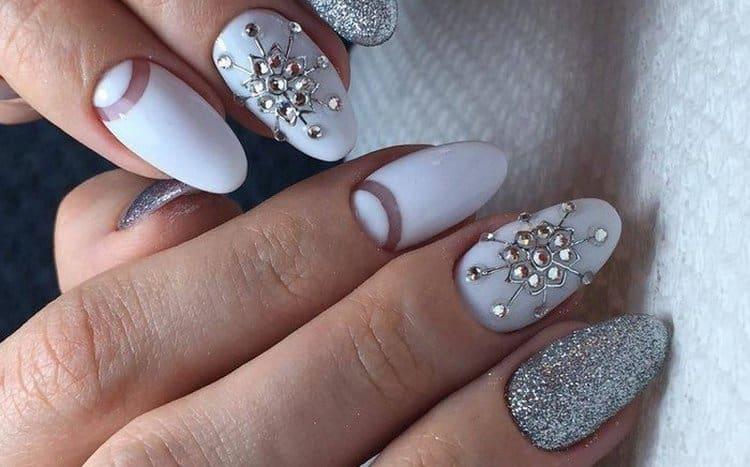 серебристый декор очень красиво смотрится с белым лаком.