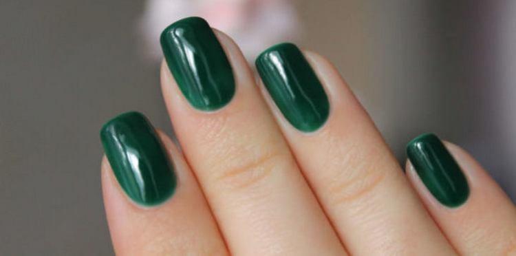 Зеленый тоже остается на пике популярности для летнего маникюра.