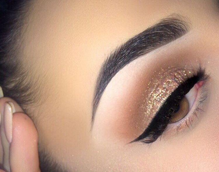 В вечернем макияже важно выделить также брови.