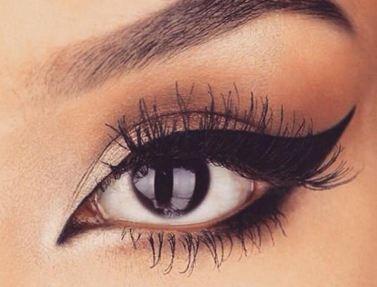 Такая стрелка поможет красиво выделить глаза.