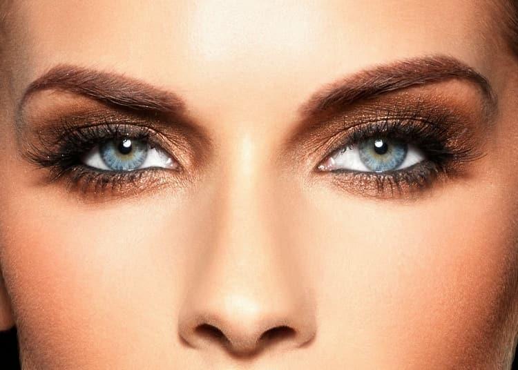 Стильный макияж для темно-синих глаз и темных волос.