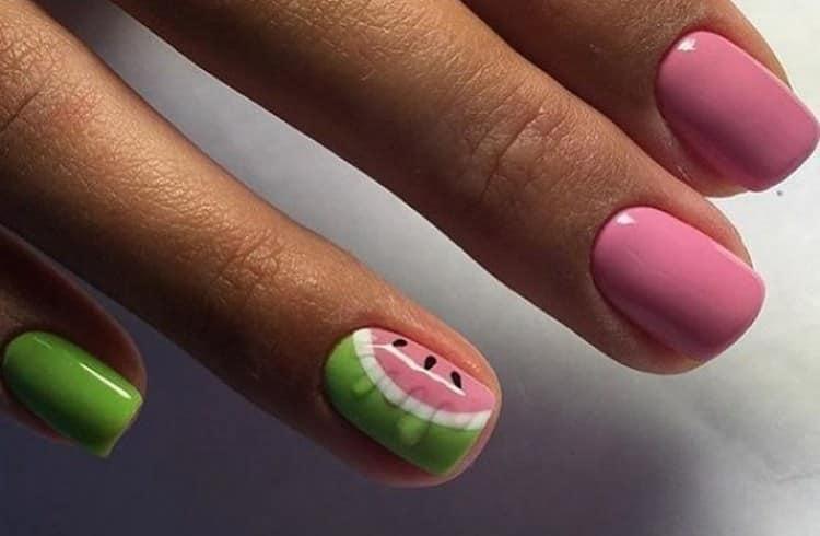 прелесть этого вида дизайна в том, что для него можно использовать как насыщенные розовые, так и пастельные тона лака.