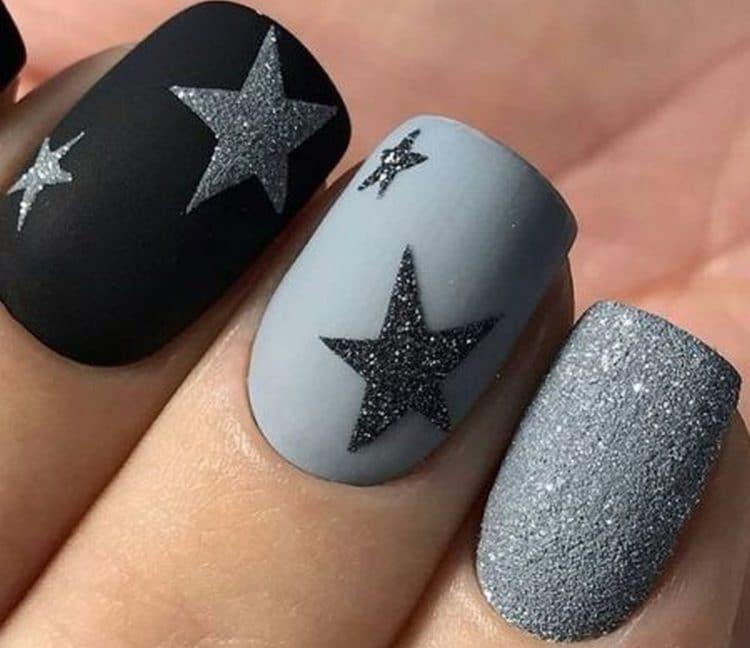Серо-черный маникюр со звездами на матовом фоне понравится утонченным романтическим натурам.