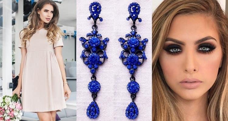 Синий космический маникюр можно сочетать даже со светлыми платьями, если дополнить их правильными аксессуарами.