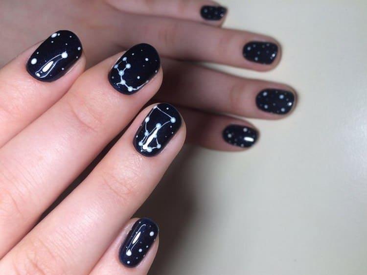 Созвездия на ногтях станут шикарным маникюром.