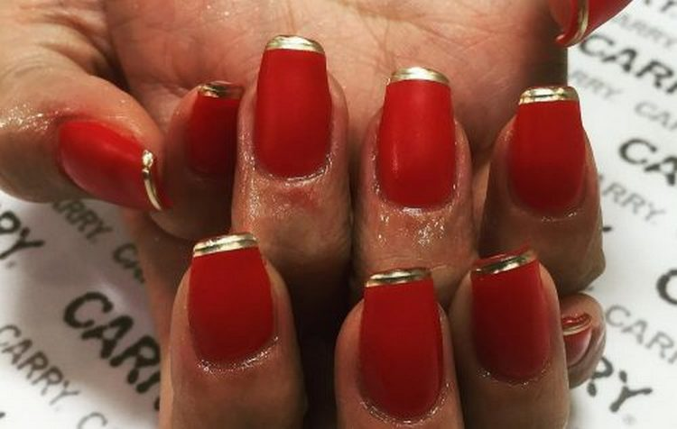 Красный маникюр с золотым френчем выглядит очень стильно.
