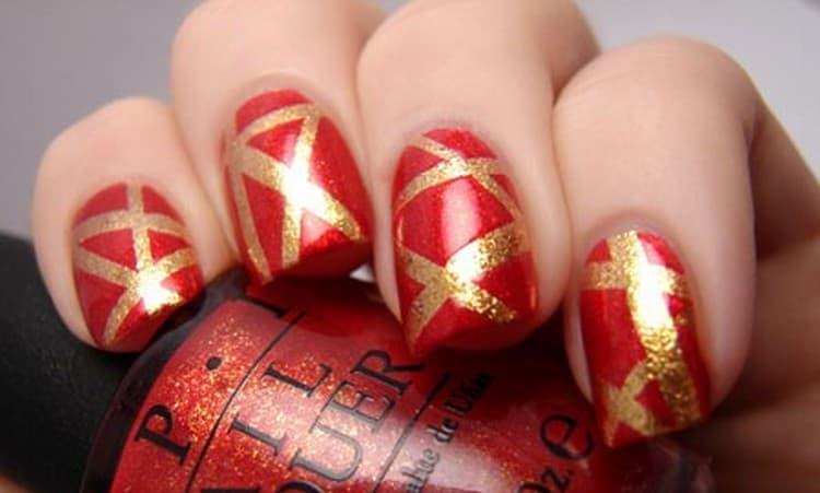 очень стильные золотые полоски на красных ногтях.