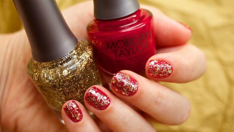 Такой маникюр красный с золотом можно сделать на короткие ногти.