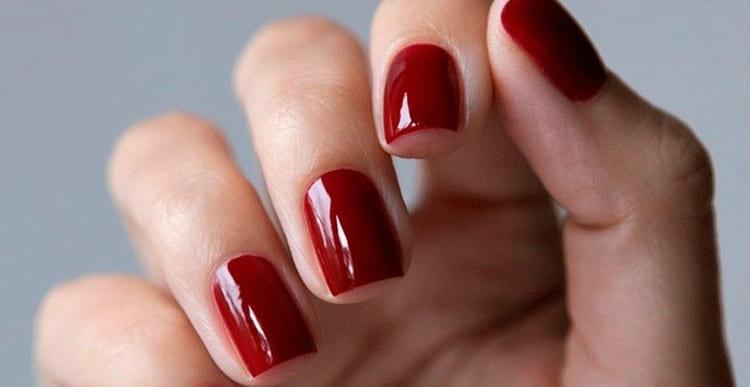 Важно подобрать правильный оттенок красного для маникюра с золотом.