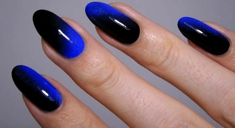 Очень стильный переход от синего к черному на ногтях.