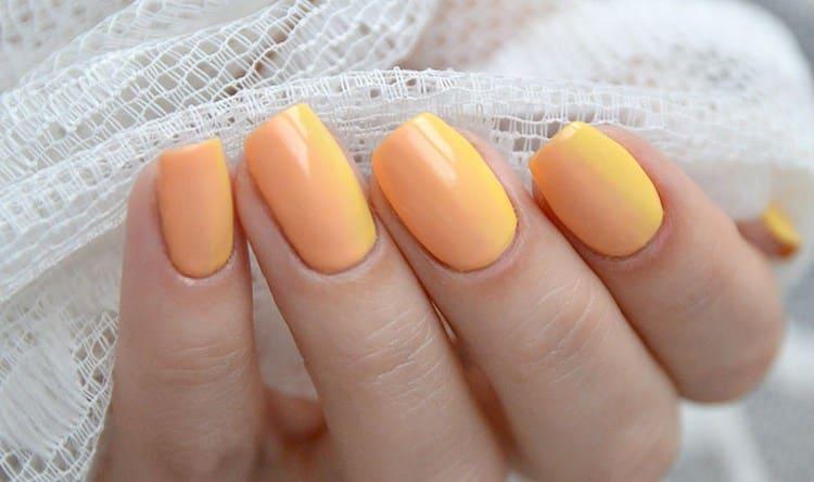 очень красивый желтый омбре на ногтях.